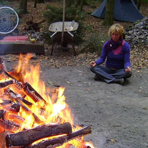 Einzelchannelling am Lagerfeuer in der Mediumschule Red Bear